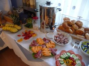ホテルの朝食:クロワッサンにブレートヘン、フルーツ、に中央右手が「レバーソーセージ」です