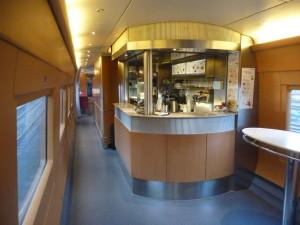 ICE内部、こちら側がビュッフェ、向こう側がレストラン